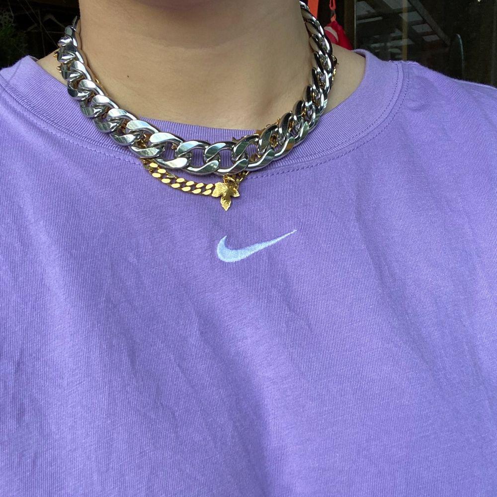 Chunky kedja från Weekday, aldrig använd. Köparen står för frakt! Halsbandet är ganska tungt, så skulle tippa på att frakten kostar 49 kr (spårbar) 🌟. Accessoarer.