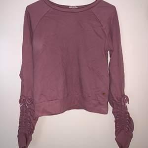 Långärmad tröja. Hämtas upp eller fraktas. Köparen står för frakt. Frakten ligger på ca 40kr. Skicka privat för bättre bild.
