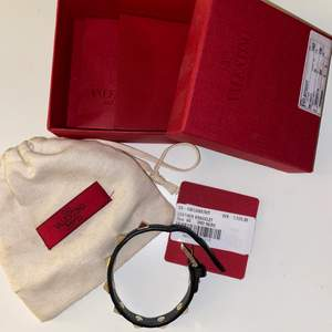 Säljer mitt svarta Valentino rockstud armband. Fått i present men inköpt på NK i stockholm och i fint skick, inga synliga tecken på slitningar. Har kvar kartong, påsen och extra nitar som ligger i kartongen. Nypris 1575kr.
