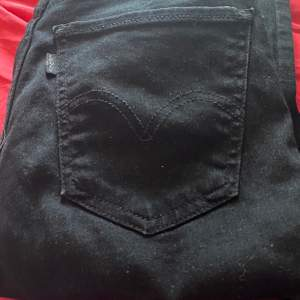 Säljer dessa högmidjade svarta Levis jeans då dem tyvärr är för små för mig! Nypris- 1 500 kr. Skriv för fler bilder💓 Dem är mer svarta i verkligheten och har aldrig använt dem.