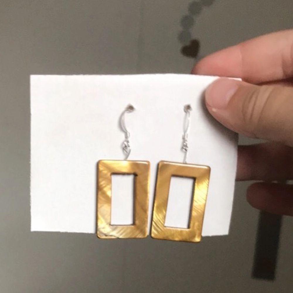 Silverpläterade hemgjorda rektangulära guldfärgade örhängen frakt ingår i priset . Accessoarer.