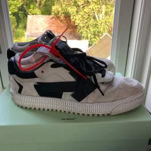 Sneakers från off-White i stl 41. Färgen är off-white/ljusgrå med svarta detaljer. Använda med i väldigt fint skick