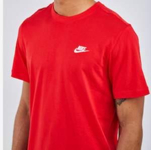 Röd t-shirt från Nike. Storlek M. Använd men fortfarande i bra skick. Dock är det ett litet hål på baksidan av tröjan (se sista bilden). Köparen står för frakt! Har ni några frågor är det bara att höra av sig! :)