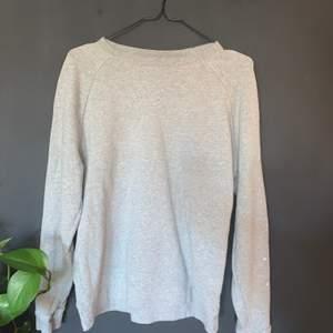 Grå sweatshirt i storlek L använd fåtal gånger ! 30kr köpare står för frakt 🚚