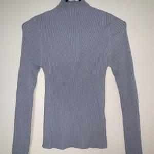Babyblå turtleneck tröja. Hämtas upp eller fraktas. Köparen står för frakt. Frakten ligger på ca 40kr. Skicka privat för bättre bild.