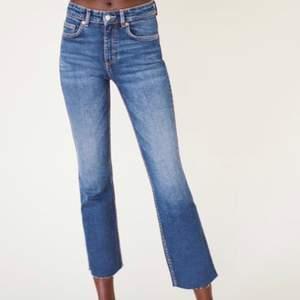 Säljer dessa snygga flared jeans från Zara i storlek 36, använda få gånger. De sitter väldigt bra på mig och passar perfekt med nån fin topp eller tröja. Ska också strykas innan de skickas. Pris: 159 kr ❤️
