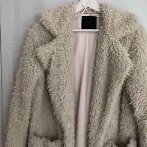 Vit/beige jacka från Zara i storlek xs.  Stängs med en knapp i mitten.