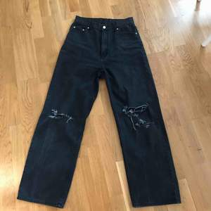 Säljer tyvärr dessa supersnygga jeans från cheap monday då de är för stora för mig:(((  möts upp i Stockholm annars står köparen för frakt💞💞 pris kan diskuteras!!🥰