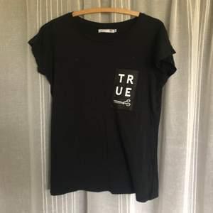 Svart t-shirt från lager 157. Använd 1 gång. Köparen står för frakt.