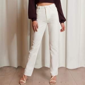 Säljer dessa jeans från Emma Ellingsen kollektion med Nakd. Är helt slutsålda på sidan. Knappt använda! Nypris: 499 kr