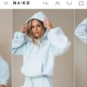 Säljer denna superfina oversize-hoodie från Hanna Schönbergs limited edition kollektion med NA-KD som är slutsåld på hemsidan! Köptes här på Plick för ett tag sedan för 1300kr, nypris 600kr. Hör av er för fler bilder! Säljer !!endast!! vid bra bud, budgivning startar vid 400kr 💕💕
