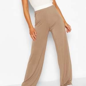 Super härliga och trendiga beiga/bruna byxor! Aldrig använda och passar 34-38