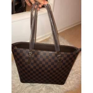 Louis Vuitton kopia såklart. Aldrig använd och fortfarande plast på handtagen.