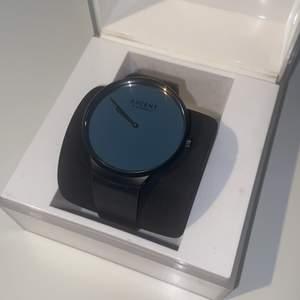 Säljer min fina AXCENT klocka i GENUINE LEATHER. Har som en svart spegelskärm Smarsamt använd, finns enstaka tecken på användning. Helt och fin. Batteri behöver bytas. Nypris:1499kr säljs för 300kr