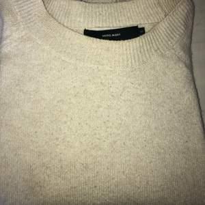 En jätte fin stickad vero moda tröja i använt skick, tröjan har en lite créme vit färg. Hör av dig vid intresse!💕