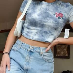 Säljer denna superfina tiedye tshirt som aldrig är använd 💙 Prislappen är kvar. Storlek M, men skulle säga att den passar Xs - M beroende på hur man vill att den ska sitta. Går att vika upp för en croppad look. Tveka inte att höra av dig om du har frågor 💓