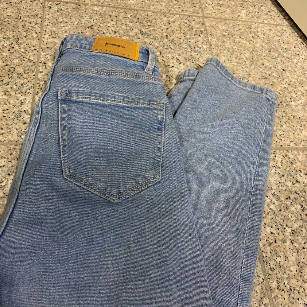 Jag säljer mina helt nya mom jeans som jag bara har använt en gång. Dem är från stradivarius. Köparen står för frakt 66kr. Jeans & Byxor.