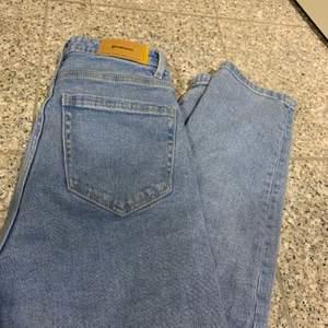 Jag säljer mina helt nya mom jeans som jag bara har använt en gång. Dem är från stradivarius. Köparen står för frakt 66kr