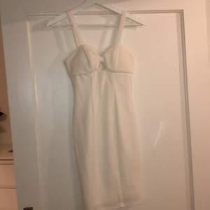 Vit taigt klänning från Nelly med dragskjedja i ryggen