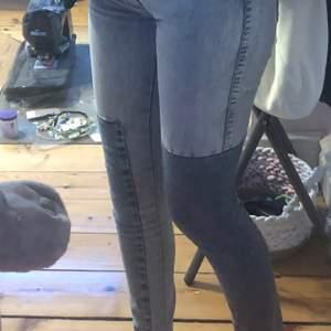 Sjukt snygga tajta jeans i storlek 27/32 köpta för 300kr och knappt använda