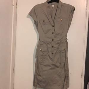 En skit snygg beige klänning som är justerbar i midjan. Köpte på Erikshjälpen men tyvärr har den inte kommit till användning än:/ (behöver strykas!!) väldigt liten i storleken, skulle säga det är en 36/38. 150 + frakt eller mötas upp i Malmö💗