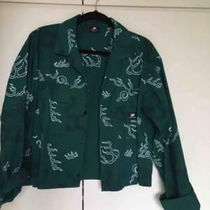 Mörkgrön Custom-cropped skjorta från Sweet Sktbs (dragon print) 🐉Oavänd. Frakt tillkommer.