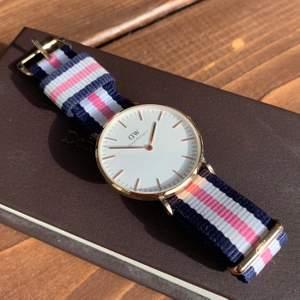 Den stora modell i roséguld med ett blå, vitt, rosa armband. Har inte använt så mycket och därför i väldigt bra skick💙🤍betala med Swish+köparen står för frakten