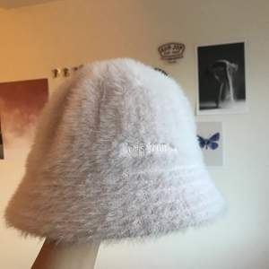 En ljusrosa buckethat i fluffigt material från urban outfitters. Använd max 5 ggr så i väldigt bra skick, inga fläckar eller slitningar. Jag har S i moppehjälm och hatten passar mig perfekt, skulle passa ett lite mindre huvud också. 70kr + frakt.