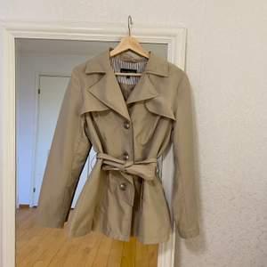 Beige kappa ifrån Lindex. Superfint skick! Passar till alla outfits och perfekt basplagg nu till hösten! FRAKT INGÅR.