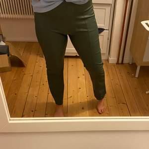 Snygga gröna skinnbyxor, används ett fåtal gånger. Frakt tillkommer