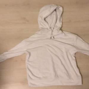 Vanlig vit hoodie i bra skick från stadium. Säljer på grund av att det inte kommer till användning.