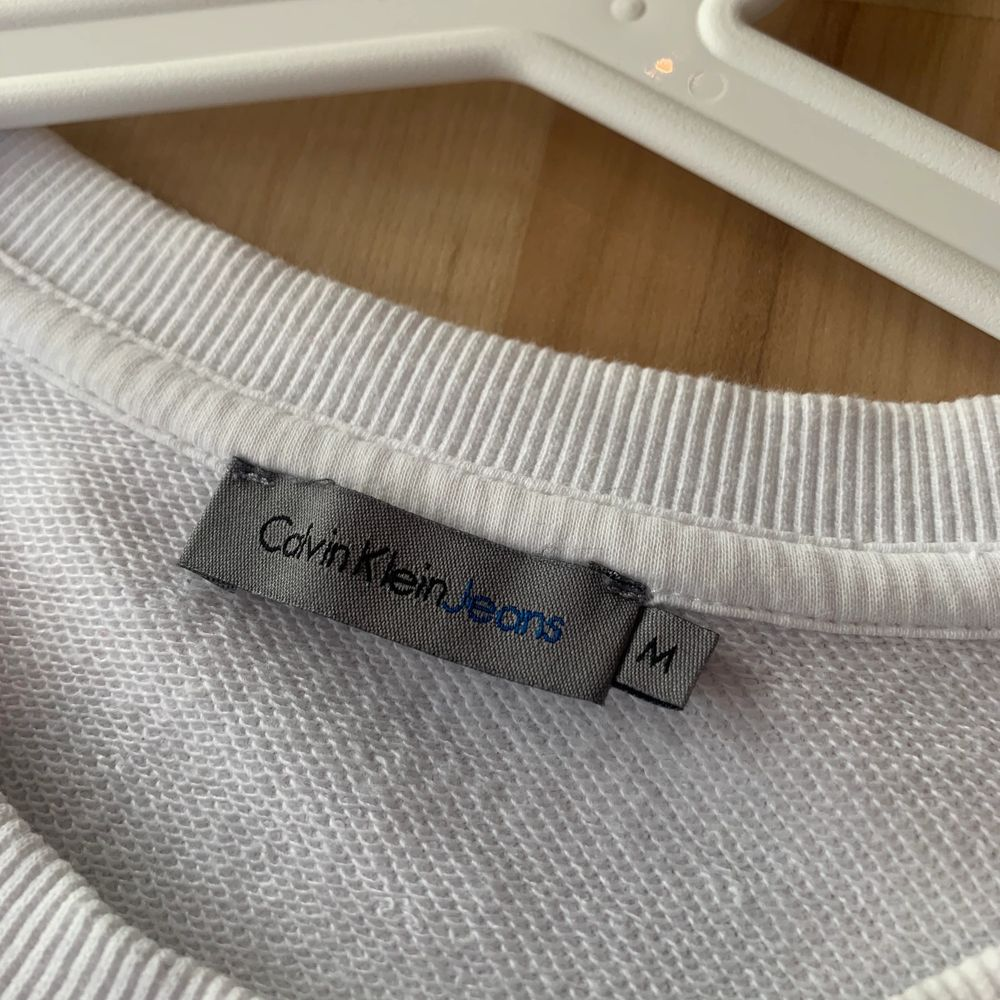 Vit tröja från Calvin Klein. Superfint skick. Strl M men mer som en s. 200kr + frakt eller rimligt bud. . Tröjor & Koftor.