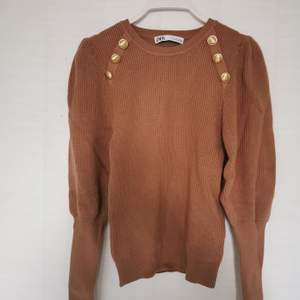 Brand new camel knitwear sweater with golden buttons and puffy arms, perfect fit 🤩