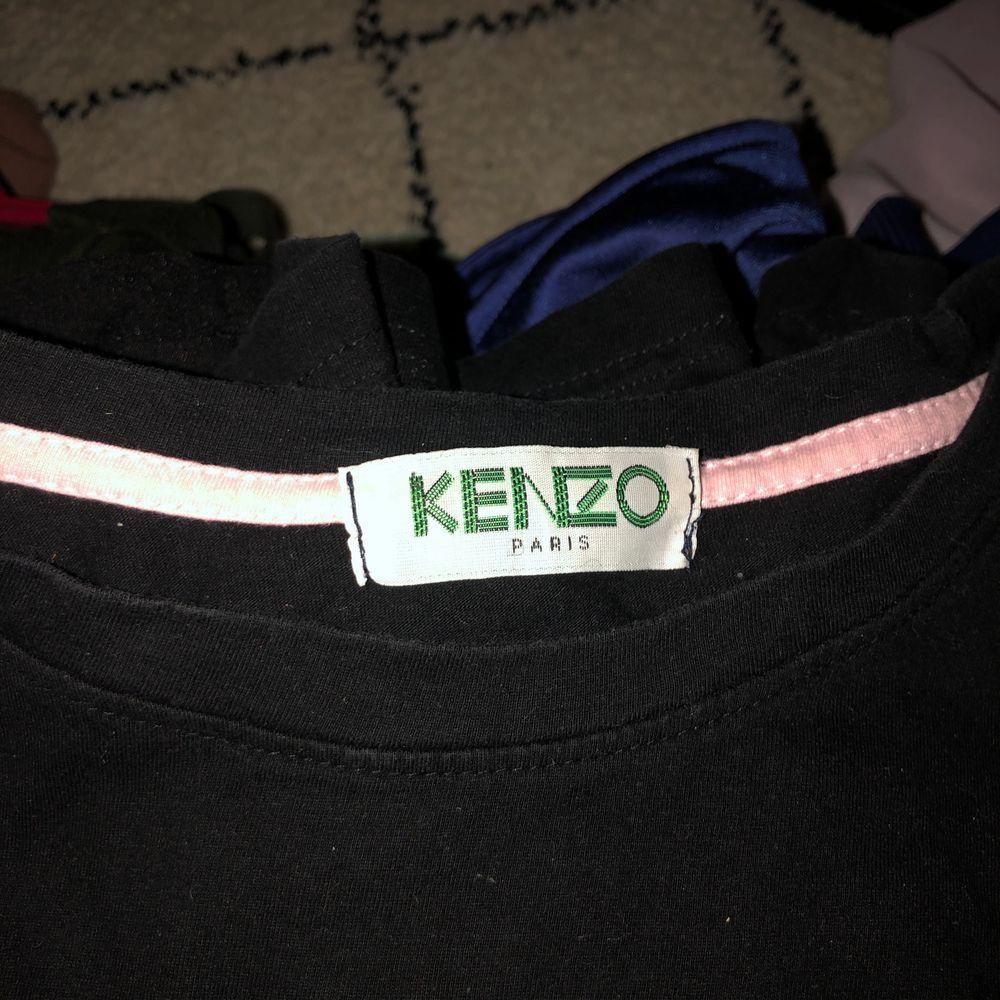 Säljer denna Kenzotröja som jag köpt tidigare på denna appen a en tjej för 400 kr. Hade inget kvitto men den ser äkta ut enligt mig, men kan inte vara helt säker 🌸. T-shirts.