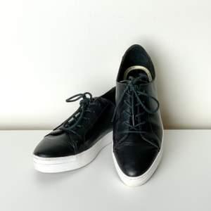 Svarta spetsiga sneakers i bra skick, endast använda ett par gånger. Gillar dem men kan inte längre ha dem pga en fotoperation.  Stl. 39 Märke: XIT  Har Swish. Rökfritt & djurfritt hem. Hämtas i Skanstull eller skickas mot porto.