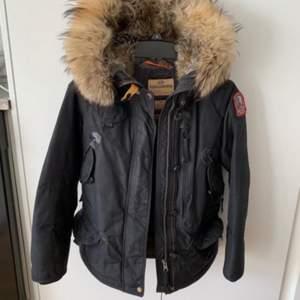 Säljer min Parajumper (vinter jacka) i storlek 170/174 som knappt är använd då den är lite liten. Eller om någon vill byta mot en Parajumper Long Bear i storlek L.