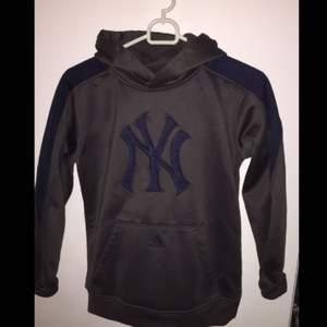 Unik hoodie från Adidas samarbete med Yankees!