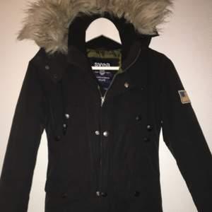 Jag säljer min svarta Svea jacka! Den är i jätte fint skick och är i storleken xx-small!