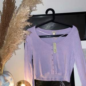 Oanvänd ljuslila tröja i storlek M, men liten i storleken så passar mig som vanligtvis har S. 150 + 44kr frakt💜