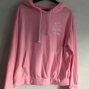 inte äkta anti social social club tunnare hoodie oversize fit. endast använt en gång. kan hämtas i söderort i sthlm eller postas 💜