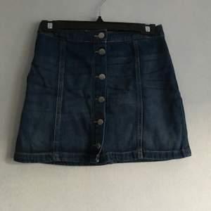 kort söt jeanskjol köpt second hand. kan hämtas i söderort i sthlm eller postas 💜