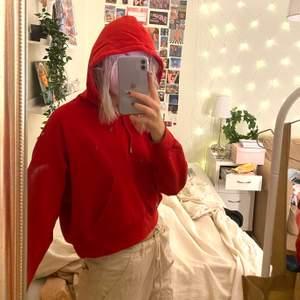 Helt vanlig röd hoddie köpt på Monki! Inget fel på den alls, den sitter bra och är jättemysig! Säljer pga att jag har så många hoddies❤️😁