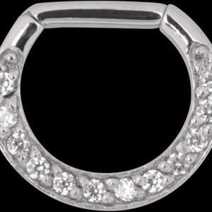 Säljer en oanvänd Septum piercing med clicker. Ca 1 cm lång. Piercingen ser ut som denna på bilden, men har ljusrosa stenar.