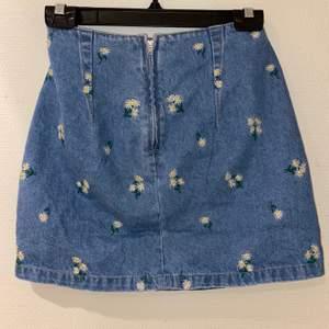 Snygg jeanskjol som inte är använd pgr av för små! Små gulliga blommor på som jag bara älskar 🥺 dragkedja med en knapp så att det värkligen sitter på plats. Frakt tillkommer 🚚 ( kolla gärna in mina andra inlägg 💕)