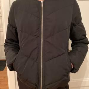 Svart tunnare dunjacka med blixtlås. Finns även två fickor. Säljs då den är för liten, helt felfri. XS