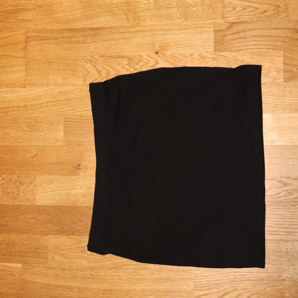 En basic kjol behöver väl alla? Jag har tyvärr för många och denna söker ett nytt hem! eller varför inte ha som en Tubtop?😝 💛 Buda i kommentarerna eller köp direkt för 30kr! Sampackar gärna varor! Spårbar frakt går alltid att ordna! Köparen står för frakten 🌼. Kjolar.