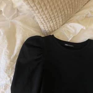 Svart sweatshirt med puffärmar från zara. Använd kanske 3 gånger. Super mjuk på insidan!