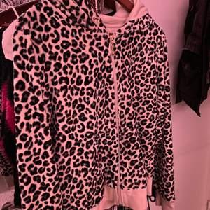 söt leopard mönstrad zip hoodie☺️☺️är osäker på storlek men skulle säga att den passar XS-M!! den har inga snören i luvan som man ser men det går ju att lösa om man vill de😆