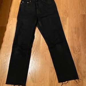 Snygga raka svarta jeans från Zara. I bra skick. Storlek 36. 200 kr plus frakt