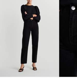 Säljer dessa SVARTA jeans eftersom dom ej kommer till användning. Använd 1 gång. Tycker man ser hur dom sitter bättre på bilden med dom blåa jeansen. Storlek 32. 450 med frakt